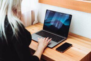 pessoa trabalhando com notebook como freelancer