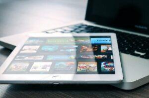 tela de tablet com pagina do Amazon prime