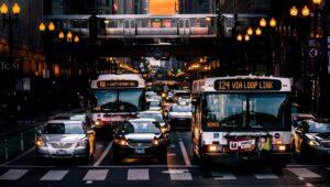 dois ônibus parados na faixa de pedestre